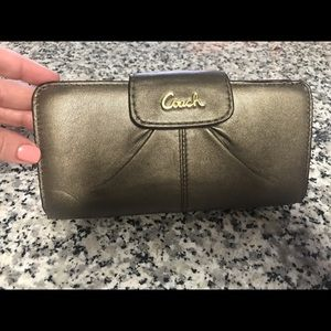 Coach Wallet. Gold insignia. Excellent condition!
